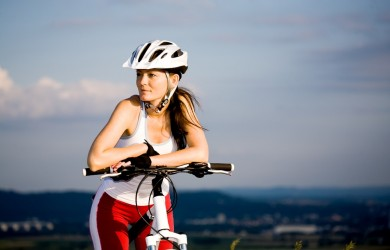 Chica bici paisaje casco