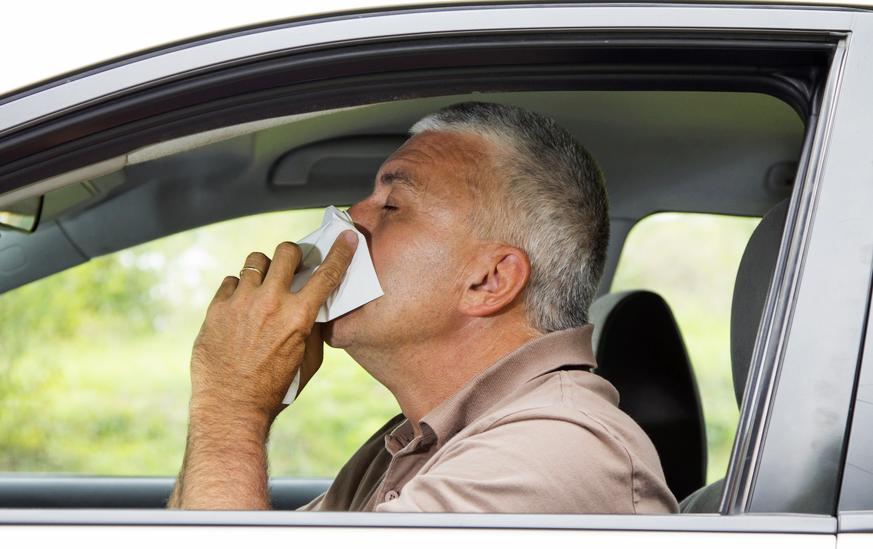 Hombre estornudo coche