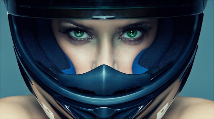 Chica con casco de moto