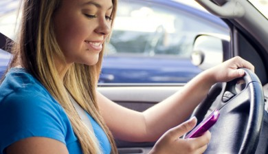 Chica-conduciendo-usando-el-movil