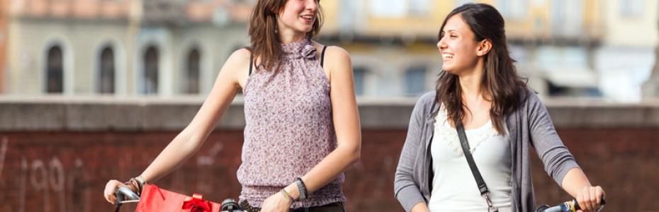 chicas-paseando-con-bici-por-ciudad