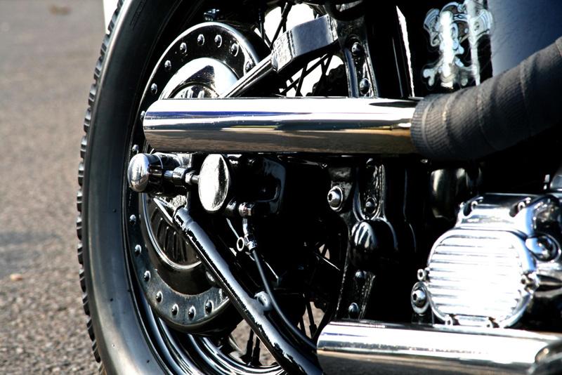 Lateral moto de cerca_ tubo de escape_rueda