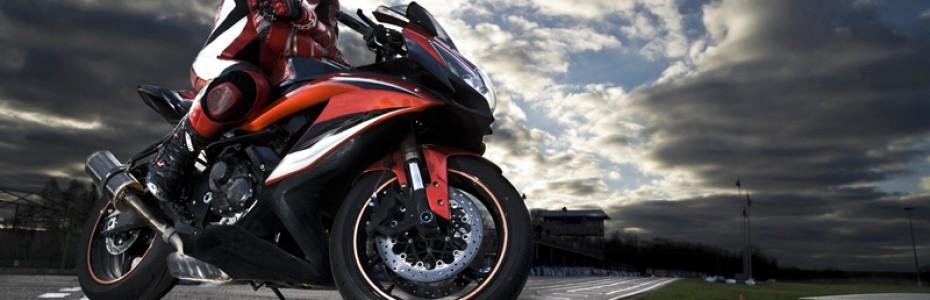 Motociclista-equipado-con-moto-en-carretera-