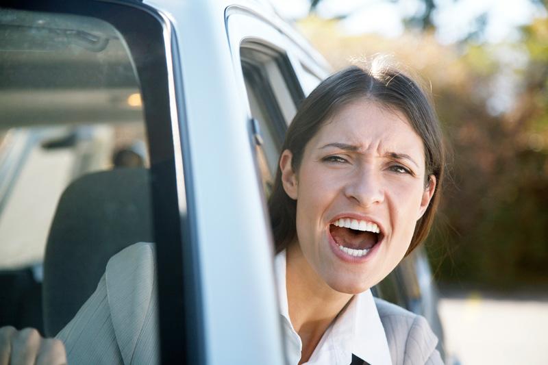 Mujer-enfadada-conduciendo