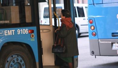 Senora-subiendo-autobus