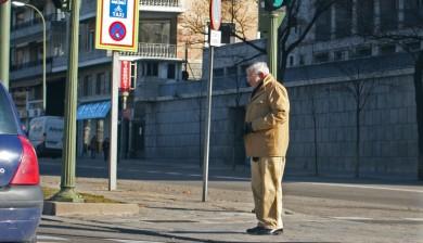 abuelo-cruzando-calle