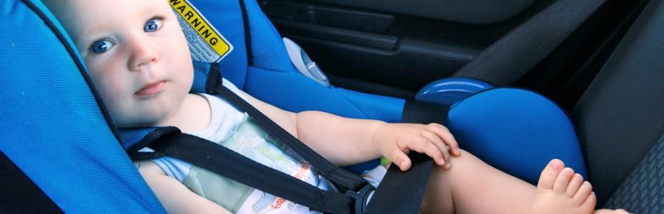 bebe-en-silla-coche-en-direccion-contraria