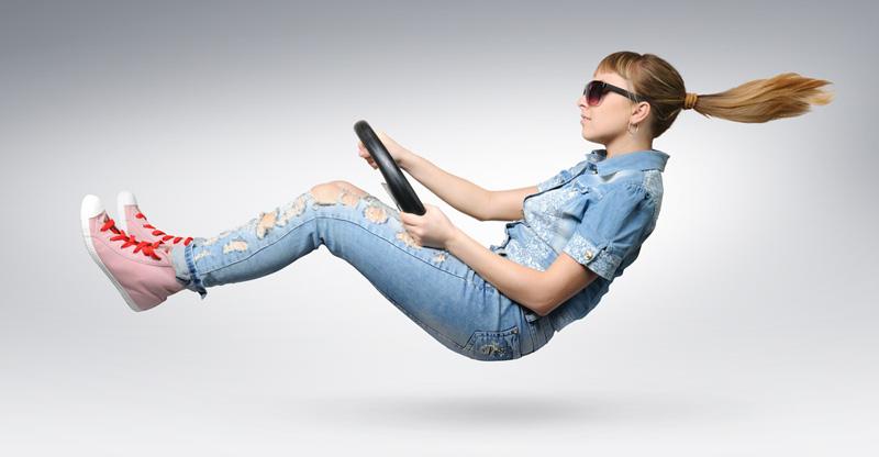 chica-joven-conduciendo-velocidad