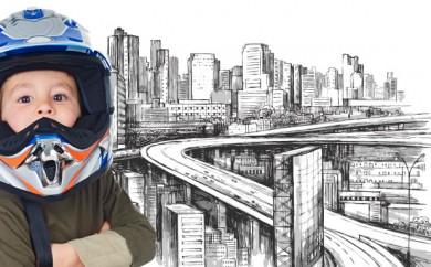niño con casco y ciudad