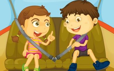 niños viajando en coche