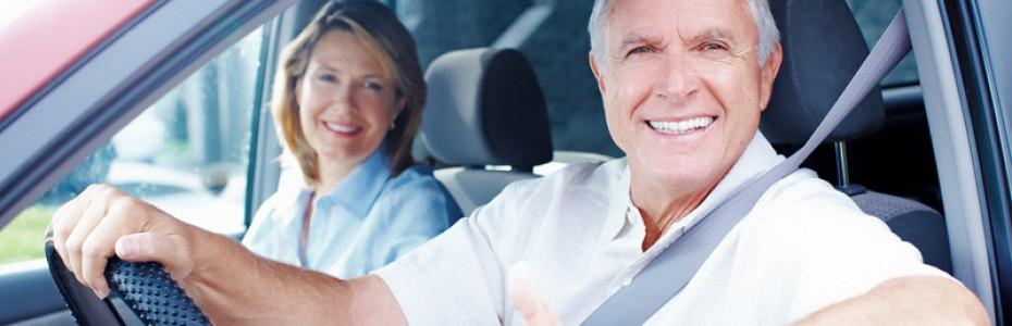 pareja tercera edad en coche