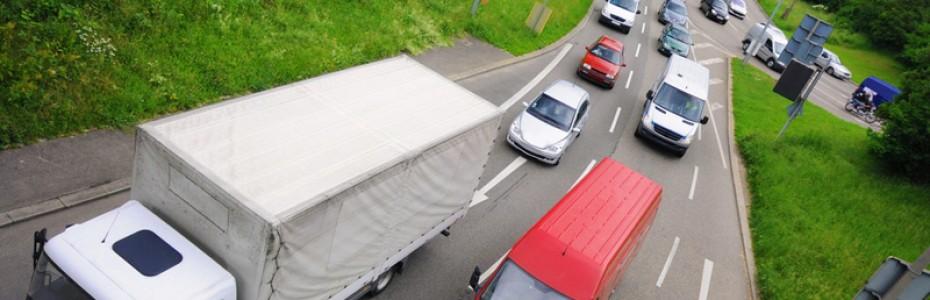 trafico-coches-y-camiones-carretera-1