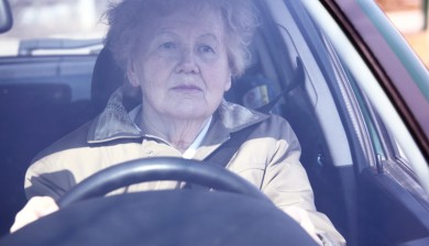 Senora-mayor-conduciendo