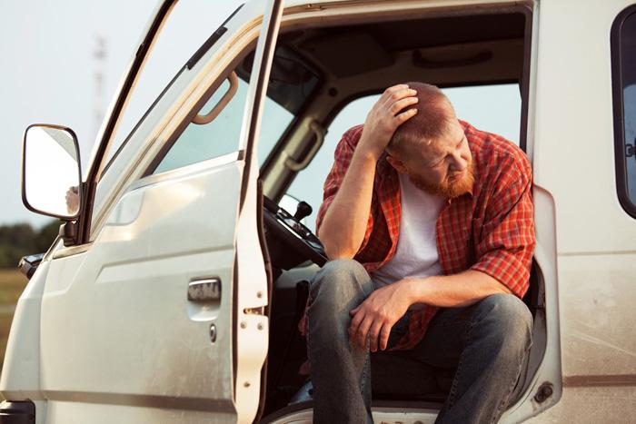 Repartidor-preocupado-cansado-con-furgoneta