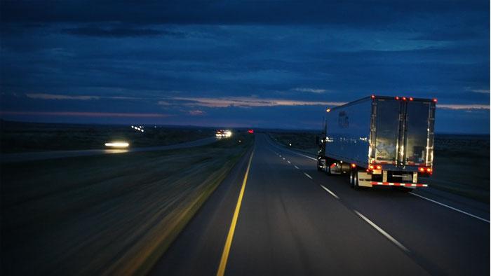 camión carretera noche