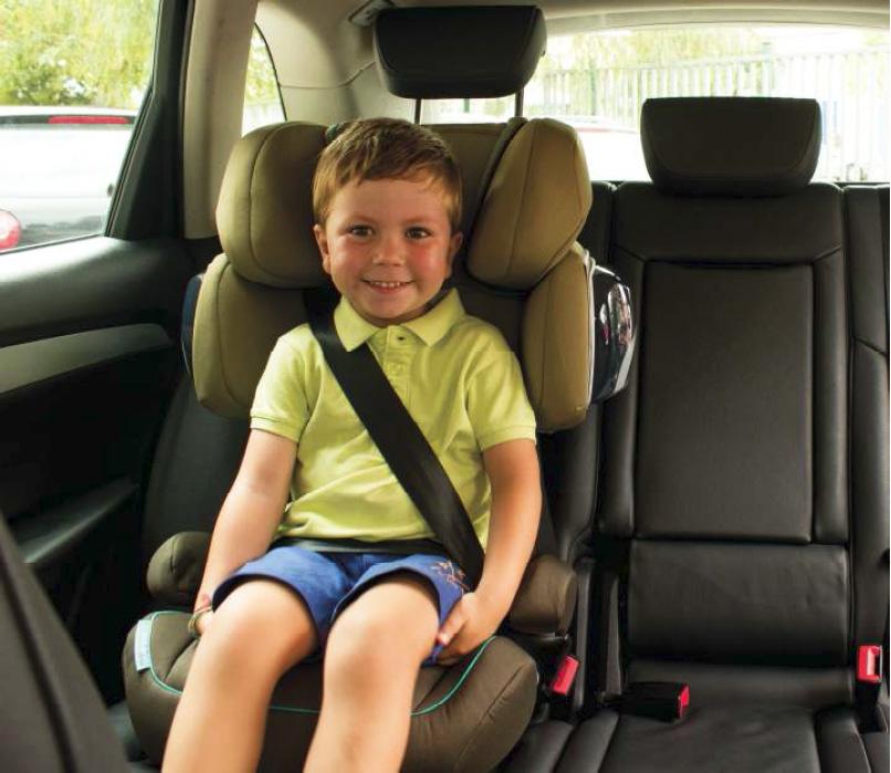 niño en coche sri protección lateral