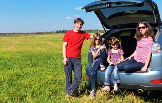 familia-viaje-coche