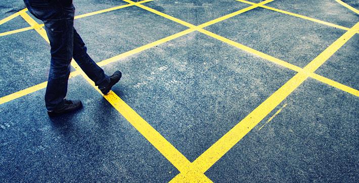 peaton cruzando la calle