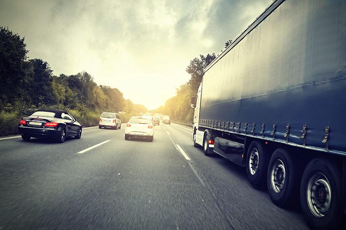 autopista-coches-camion