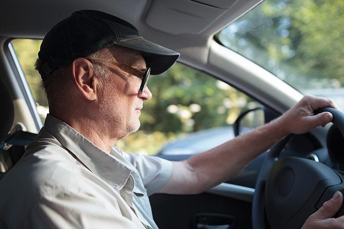 Abuelo-conduciendo-web