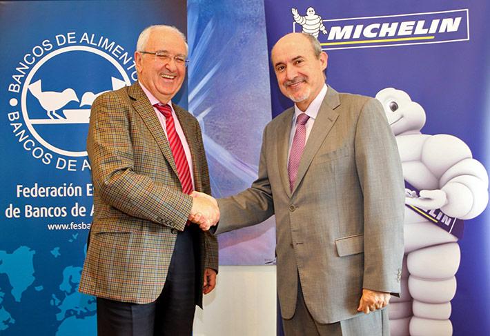 Apretón de manos de Nicolás Palacios Cabero, de Banco de Alimentos, y José Rebollo Fernández, presidente de Michelin España, tras la firma del convenio.
