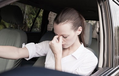 mujer estresada al volante