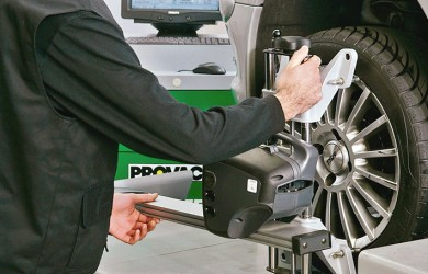 alineado neumáticos en coche