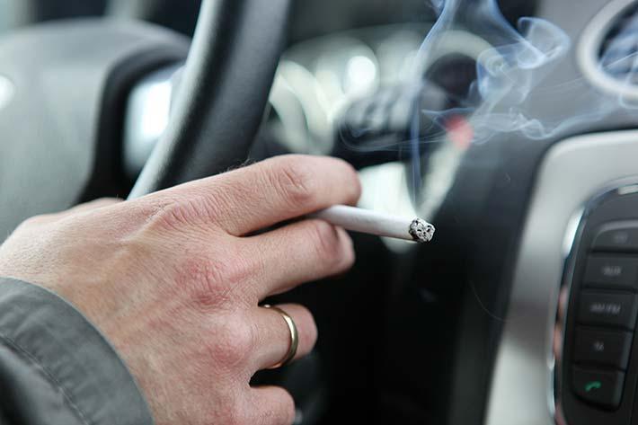 fumar en coche