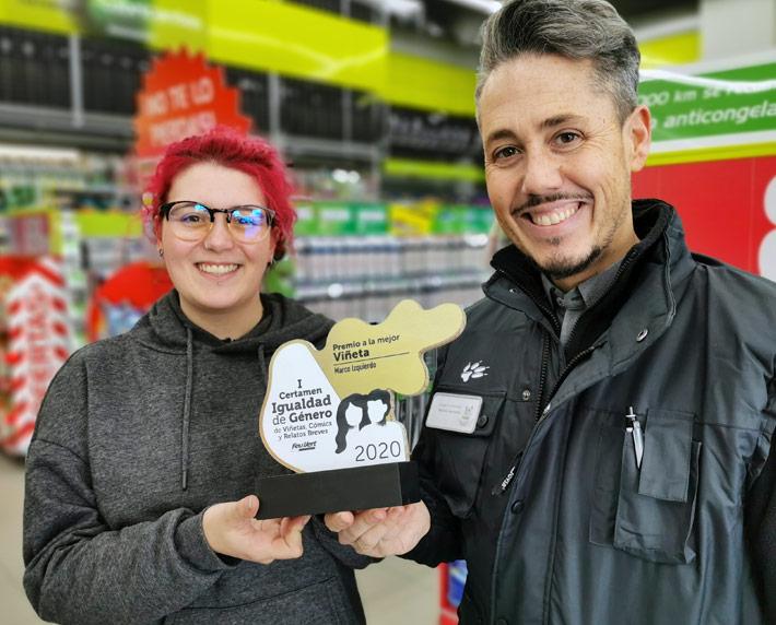 Marina entregando el premio a la mejor viñeta del I Certamen de Viñetas, Cómics y Relatos Breves sobre Igualdad de Género en Feu Vert a Marco